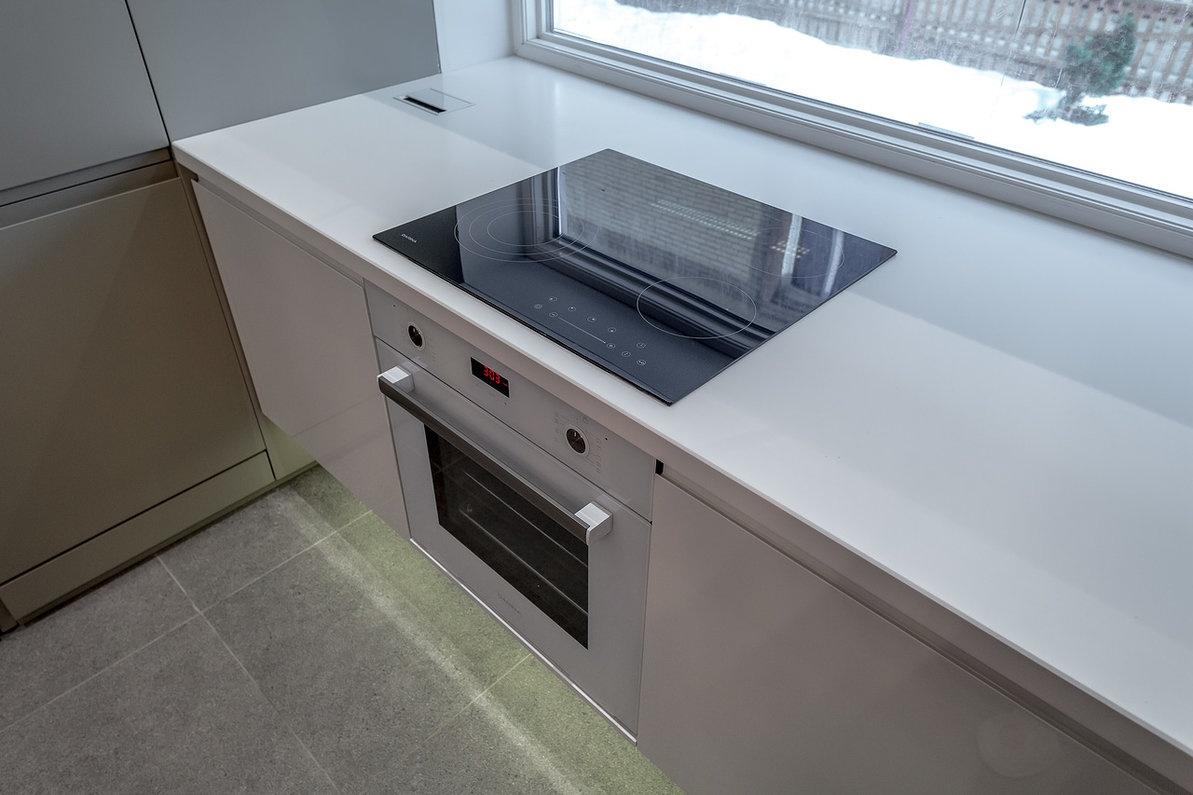 стиль варочная панель у окна на кухне фото циклоном